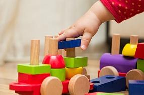 Les jouets en bois, solaires, marionnettes pour jouer autrement