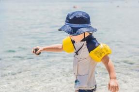 Comment assurer la sécurité d'un enfant autour d'une piscine ?